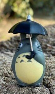 Figure di Totoro grigio con ombrello nero. Il mio vicino Totoro Studio Ghibli