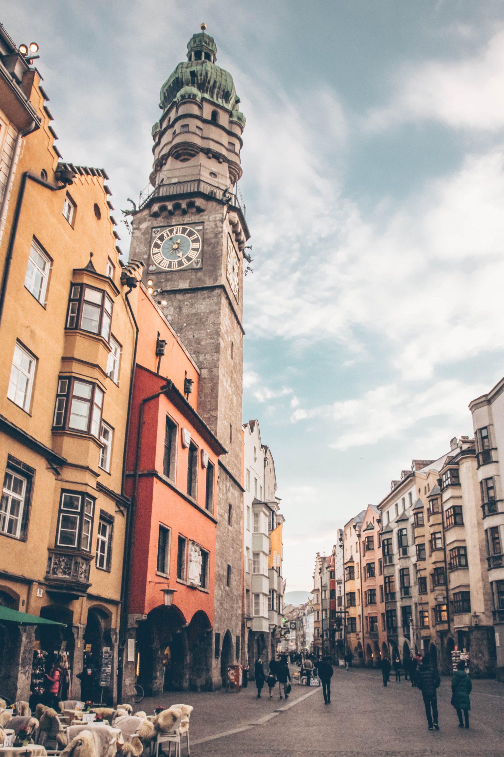 centro storico di Innsbruck con palazzi meravigliosi dai colori tipici tirolesi
